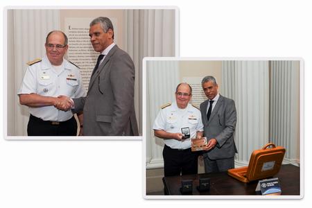 O diretor Roberto Alfredo cumprimenta o comandante da Marinha, almirante de esquadra, Eduardo Bacellar Leal Ferreira