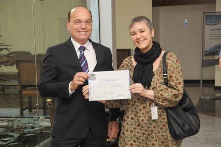Presidente Francisco Franco entrega certificado para Denise Campolina, a visitante nº 2.000 do Programa Visita Cidadão