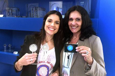 Roberta Medina, vice-presidente do Rock in Rio, segura a medalha criada pela artista da CMB, Katia Dias